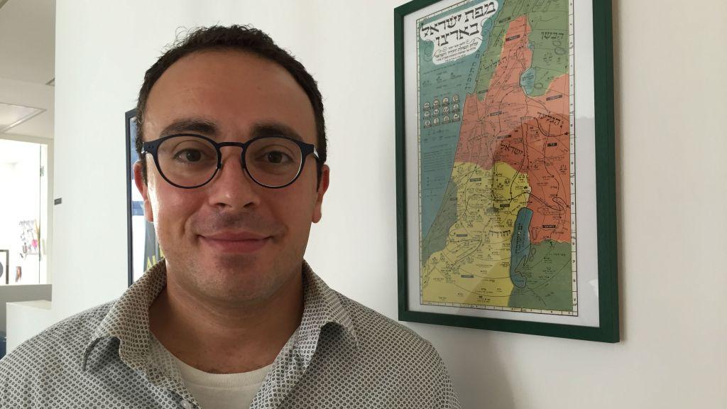 مارك حلاوة المولود في الكويت هو لاجئ فلسطيني استعاد جذوره اليهودية ويعيش اليوم كيهودي متدين في القدس (Amanda Borschel-Dan/The Times of Israel)