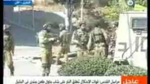 رجل فلسطيني تظاهر بأنه صحافي قام بطعن جندي إسرائيل، ما أدى إلى إصابته بجراح متوسطة قبل إطلاق النار على منفذ الهجوم من قبل القوات الإسرائيلية بالقرب من مدينة الخليل، 16 أكتوبر، 2015. (لقطة شاشة: قناة القدس)