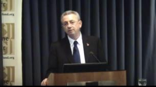 مصطفى البرغوثي يتحدث أمام المركز الفلسطيني  لصندوق القدس، 10 سبتبمر، 2013. (لقطة شاشة: YouTube)
