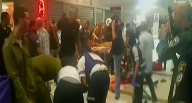 قوات الاغاثة تسعف المصابين بعد هجوم اطلاق النار في بئر السبع 18 اكتوبر 2015 (صورة شاشة)