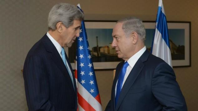 رئيس الوزراء الإسرائيلي بينيامين نتنياهو (من اليمين) خلال لقاء مع وزير الخارجية الأمريكي جون كيري في برلين، 22 أكتوبر، 2015. (Amos Ben Gershom/GPO)
