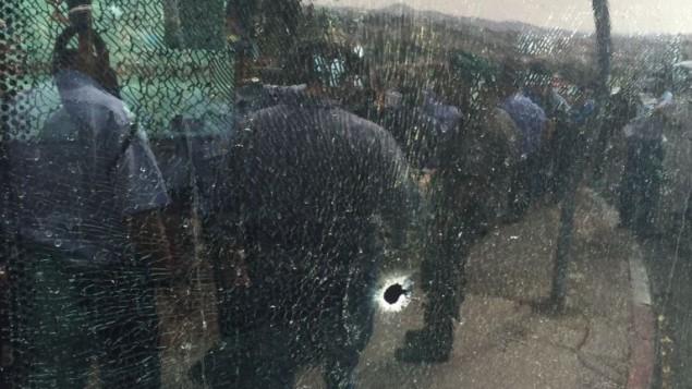 الحافلة بعد هجوم الطعن واطلاق النار صباح 13 اكتوبر 2015 القدس (مقدمة من نجمة داوود الحمراء)