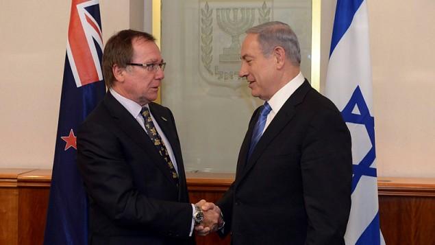 رئيس الوزراء بنيامين نتنياهو يلتقي بوزير الخارجية النيوزيلندي موري مكولي في منزل رئيس الوزراء في القدس، 3 يونيو 2015 (Flash90)