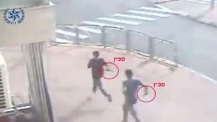 صورة شاشة من تصوير لشابين فلسطينيين طعنا اسرائيليين في القدس، 12 اكتوبر 2015 (screen capture: Israel Police)