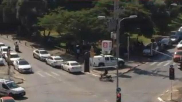 سيارات الشرطة في جفعاتايم تبحث عن سيارة مشبوهة، 15 اكتوبر 2015 (screen capture/Ynet)