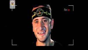 ما يفترض أنه ناشط في حركة الجهاد الإسلامي يقوم بتصوير 'فيديو الشهيد' في مقطع فيديو جديد نشرته الحركة الفلسطينية محذرة إسرائيل من العودة إلى العمليات الإنتحارية في هجماتها ضد الإسرائيليين. (لقطة شاشة)