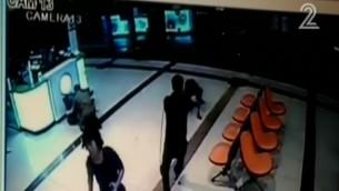 تصوير من كاميرا الأمن يظهر المعتدي بينما يتم رميه بالرصاص في محطة الحافلات المركزية في بئر السبع، 18 اكتوبر 2015 (screen capture: Channel 2)