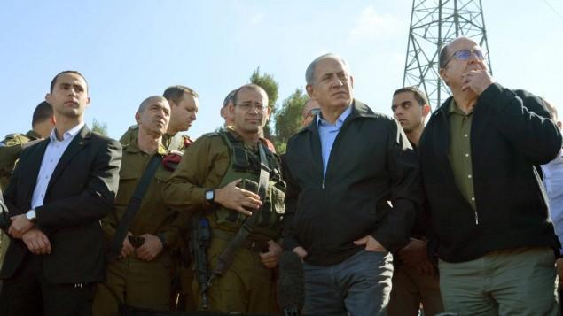 رئيس الوزراء بينيامين نتنياهو ووزير الدفاع موشيه يعالون خلال زيارة إلى مفرق غوش عتصيون يوم الإثنين، 23 نوفمبر، 2015. (GPO)