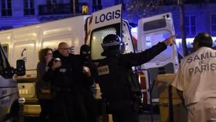 الشرطة الفرنسية امام مسرح باتاكلان في باريس، 13 نوفمبر 2015 (DOMINIQUE FAGET / AFP)