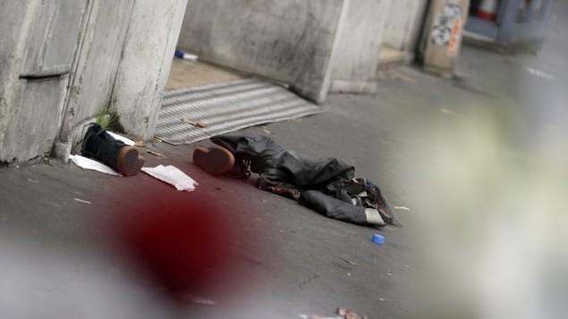 حاجيات شخصية يُعتقد أنها لأحد الأشخاص الفارين من الهجوم على مسرح باتاكلان في الدائرة ال11 في باريس، 14 نوفمبر، 2015، بعد أن أسفرت سلسلة من الهجمات في المدينة عن مقتل 120 شخصا على الأقل. (AFP PHOTO / KENZO TRIBOUILLARD)