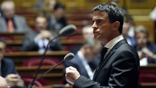 الوزراء الفرنسي مانويل فالس اثناء خطاب يدافع فيه عن مشروع قانون فرض حال الطوارئ امام مجلس الشيوخ الفرنسي، 20 نوفمبر 2015 (ALAIN JOCARD / AFP)