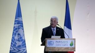 رئيس السلطة الفلسطينية محمود عباس يلقي خطابا في مؤتمر الأمم المتحدة ال21 للتغير المناخي، في 20 نوفمبر، 2015 في لو بورجيه، في ضواحي العاصمة  الفرنسية باريس. (AFP PHOTO / JACQUES DEMARTHON)