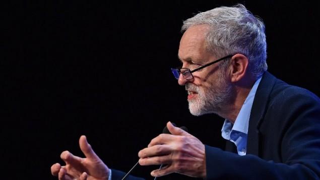 زعيم حزب العمال البريطاني المعارض جيريمي كوربين يلقي كلمة امام مؤتمر نقابات العمال (TUC) في برايتون في انكلترا، 15 سبتبمر، 2015. (AFP/Ben Stansall)
