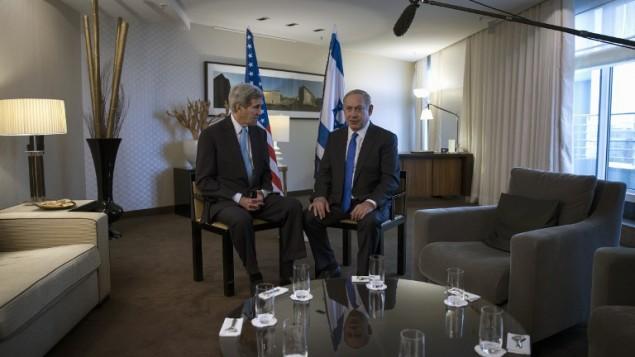 بينيامين نتنياهو (من اليمين)  ووزير الخارجية الأمريكي جون كيري (من اليسار) في فندق في برلين، ألمانيا، 22 أكتوبر، 2015. (AFP/Carlo Allegri/Pool)