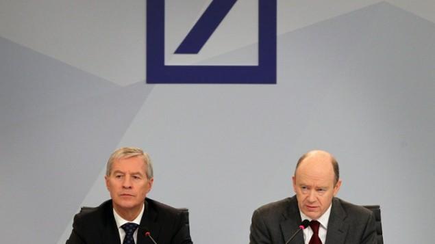 """مدراء مصرف """"دويتشة بنك"""" الالماني خلال مؤتمر صحفي في مقر المصرف في فرانكفورت، 29 اكتوبر 2015 (DANIEL ROLAND / AFP)"""