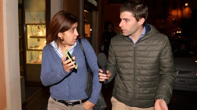 فرنشيسكا شوقي المستشارة الشابة المتعاقدة مع الفاتيكان المشتبهة بقضية 'فاتيليكس' في شوارع روما مع صحفي، 3 نوفمبر 2015 (VINCENZO PINTO / AFP)