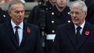 رئيس الوزراء البريطاني الأسبق توني بلير، من اليسار، وجون ميجور خلال حضورهما حفل إحياء ذكرى الحربين العالمية والأولى عند النصب التذكاري في وايت هول، لندن، 8 نوفمبر، 2015. (AFP/GLYN KIRK)