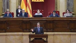 الرئيس الكاتالوني المنتهية ولايته ارتور ماس خلال خطاب في البرلمان الكاتالوني في برشلونة، 9 نوفمبر 2015 (LLUIS GENE / AFP)