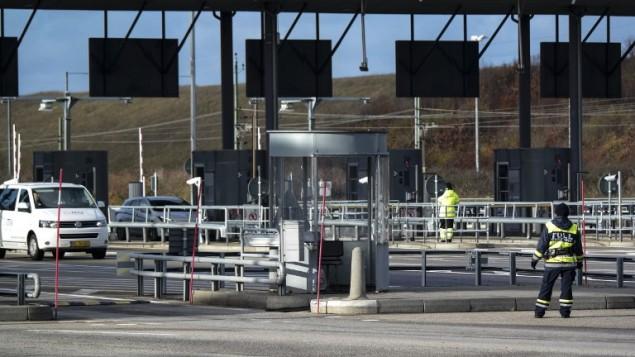 حاجز على الحدود بين السويد الدنمارك، 12 نوفمبر 2015 (ERLAND VINBERG / TT NEWS AGENCY / AFP)