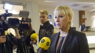 وزيرة الخارجية السويدية مارغوت فالستروم تدلي بتصريح للإعلام حول هجمات باريس، في العاصمة السويدية ستوكهولم، 14 نوفمبر، 2015. (AFP/ TT NEWS AGENCY / HENRIK MONTGOMERY)