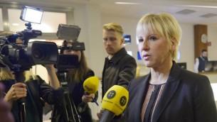 وزيرة الخارجية السويدية مارغوت فالستروم تدلي بتصريح للصحافة حول اعتداءات باريس، 14 نوفمبر 2015 (AFP/ TT NEWS AGENCY / HENRIK MONTGOMERY)