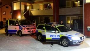 الشرطة السويدية خارج منزل يُستخدم كملجأ مؤقت لطالبي لجوء في بوليدن التي تقع شمال شرق السويد، 19 نوفمبر، 2015، بعد مداهمة الشرطة للمنزل. (AFP PHOTO / TT NEWS AGENCY / ROBERT GRANSTROM)