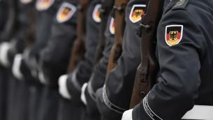 جنود المان خلال حفل ترحيب في وزارة الدفاع في برلين، 27 نوفمبر 2015 (AFP/ TOBIAS SCHWARZ)