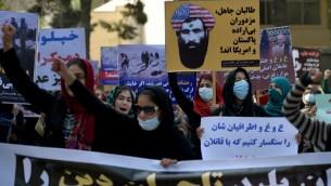 """ناشطون افغان في مظاهرة احتجاجية على رجم شابة حتى الموت بتهمة """"الزنى"""" في وسط افغانستان، 6 نوفمبر 2015 (WAKIL KOHSAR / AFP)"""