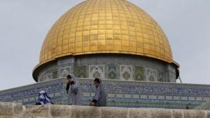 فتيات فلسطينيات يجلسن امام قبة الصخرة في الحرم القدسي، 23 اكتوبر 2015 (AFP/Ahmad Gharabli)