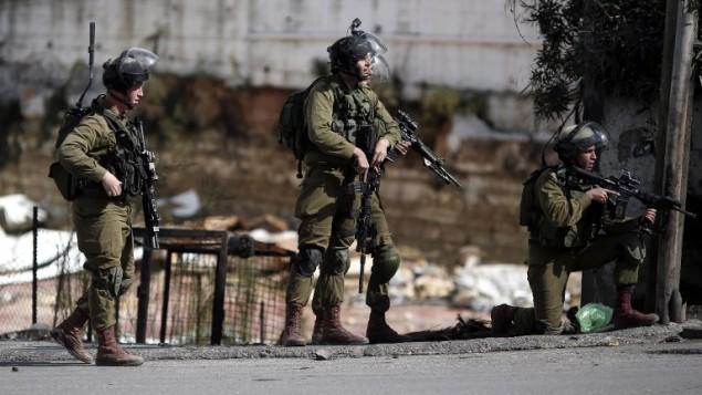 قوات امن اسرائيلية خلال مواجهات مع فلسطينيين في الخليل، 30 اكتوبر 2015 (AFP/THOMAS COEX)