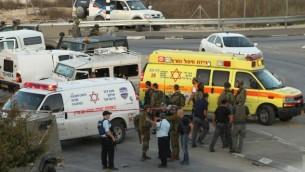 قوات الأمن والطوارئ الإسرائيلية في موقع هجوم دهس مزعوم ضد عناصر من شرطة حرس الحدود في مفرق بيت عينون، شمال مدينة الخليل بالضفة الغربية، 1 نوفمبر، 2015. (AFP/Hazem Bader)