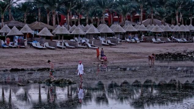 سياح يسيرون على الشاطئ في مدينة شرم الشيخ السياحية المصرية، 2 نوفمبر، 2015. (AFP PHOTO / STR)