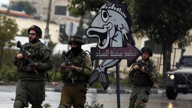 قوات اسرائيلية  في الخليل، 6 نوفمبر 2015 (AFP PHOTO / AHMAD GHARABLI)