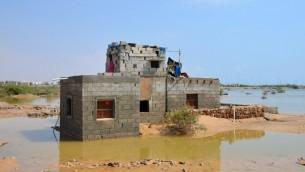 منزل محاط بالمياه بعد اعصار تشابالا الذي خلف قتلى وجرحى واضرارا في اليمن، 6 نوفمبر 2015 (STR / AFP)