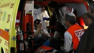وصول شاب اسرائيلي مصاب الى مستشفى شعاري تسيديك في القدس بعد هجوم اطلاق نار في الخليل، 6 نوفمبر 2015 (AFP PHOTO/AHMAD GHARABLI)