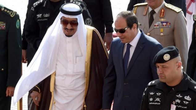 العاهل السعودي سلمان بن عبد العزيز يستقبل الرئيس المصري عبد الفتاح السيسي في القمة الرابعة للدول العربية ودول اميركا اللاتينية في الرياض، 10 نوفمبر 2015 (FAYEZ NURELDINE / AFP)