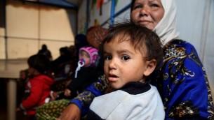 نساء وأطفال يحضرون يحضرون دورة حول تنظيم الاسرة في مخيم لاجئين في لبنان، 15 نوفمبر 2015 (JOSEPH EID / AFP)