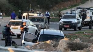 القوات الإسرائيلية تفتش سيارة بعد هجوم دام بالقرب من مستوطنة عوتنئيل جنوب مدينة الخليل في الضفة الغربية، 13 نوفمبر 2015 (AFP PHOTO/HAZEM BADER)
