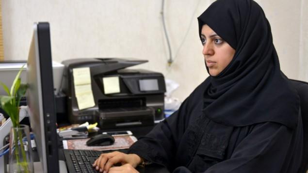 المرشحة عن دائرة القطيف في انتخابات المجالس البلدية في السعودية نسيمة السادة في مكتبها، 26 نوفمبر 2015 (STR / AFP)