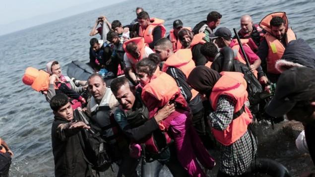 لاجئون سوريون يصلون إلى سواحل جزيرة لسبوس اليونانية في قارب قابل للنفخ عبر بحر ايجة من تركيا، 3 سبتبمر، 2015. (Angelos Tzortzinis/ AFP)