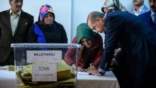الرئيس التركي رجب طيب اردوغان يدلي بصوته في إسطنبول، 1 نوفمبر 2015 (OZAN KOSE / AFP)