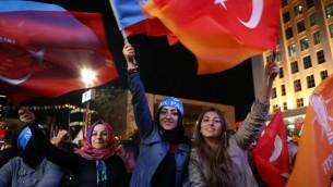 """مؤيدو حزب """"العدالة والتنمية"""" التركي (AKP) يحتفلون خارج مقر الحزب في أنقرة بعد ظهور النتائج الأولية في الإنتخابات االتشريعية التركية في 1 نوفمبر، 2015. (AFP PHOTO / ADEM ALTAN)"""