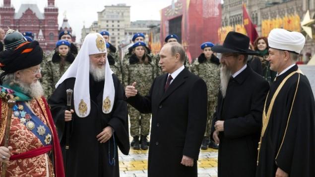 الرئيس الروسي فلايديمير بوتين برفقة بطريرك موسكو وعموم روسيا كيريل، الحاخام الرئيسي الروسي بريل لازار ومفتي روسيا طلعت تاج الدين خلال حفل احياء يوم الوحدة الوطنية في الساحة الحمراء في موسكو، 4 نوفمبر 2015 (NATALIA KOLESNIKOVA / POOL / AFP)