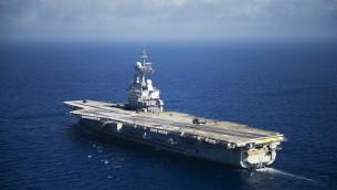 """(أرشيف) صورة من الأرشيف تم التقاطها في 12 أغسطس، 2011 لحاملة الطائرات الفرنسية """"شارل ديغول"""" في طريقها إلى ميناء تولون بجنوب فرنسا.  ( AFP PHOTO / BERTRAND LANGLOIS)"""