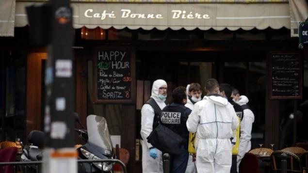 علماء الطب الشرعي والشرطة خارج مقهى بون بيير حيث حدثت احدى الهجمات المنسقة التي ضربت باريس 14 نوفمبر 2015  AFP PHOTO
