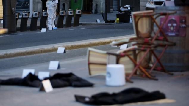 جثث مغطاة خارج مقهى بون بيير حيث حدثت احدى الهجمات المنسقة التي ضربت باريس 14 نوفمبر 2015  AFP PHOTO