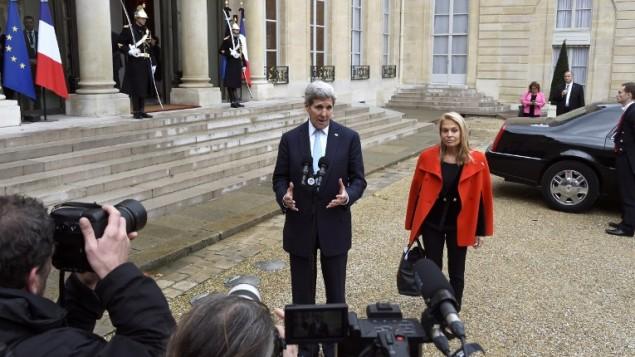 وزير الخارجية الأمريكي جون كيري (من اليمين) وسفيرة الولايات المتحدة في فرنسا جين هارتلي يتحدثان للصحافيين بعد إجتماعهما مع الرئيس الفرنسي في قصر الإليزيه في باريس، 17 نوفمبر، 2015. (Dominique (Dominique Faget/AFP