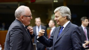 وزير الخارجية البلجيكي ديدييه ريندرز (يمين) يتحدث مع نائب رئيس الاتحاد الاوروبي فرانس تيميرمانس في بروكسل، 17 نوفمبر 2015 (THIERRY CHARLIER / AFP)