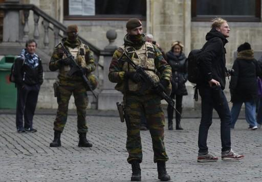 جنود بلجيكيون في الساحة الكبرى في بروكسل بينما تقفل العاصمة البلجيكية في حالة تأهب قصوى، 22 نوفمبر 2015 (JOHN THYS / AFP)