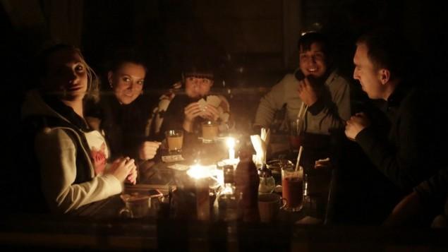 يغرق قسم كبير من القرم في الظلام منذ الاحد بسبب انقطاع شبه تام للكهرباء التي تؤمنها اوكرانيا، 22 نوفمبر 2015 (MAX VETROV / AFP)